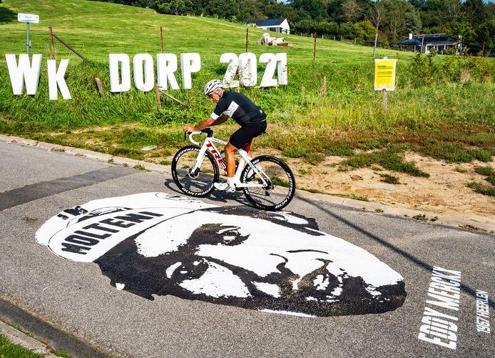Eddy Merckx op het asfalt in WK-dorp Huldenberg.