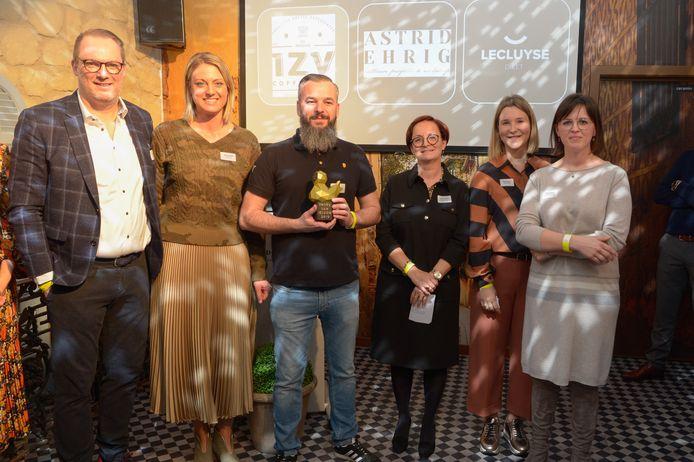 Bart Buyse van IzyCoffee staat centraal, met in zijn handen de Trots van Izegem-award voor Marketingcampagne van het Jaar.