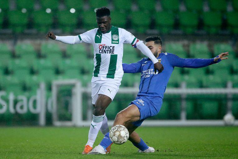 Ook dit duel met Oussama Tannae van Vitesse wordt gewonnen door Azor Matusiwa van FC Groningen.  Beeld BSR Agency