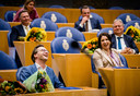 Ronald van Raak (SP) schiet tijdens het afscheid van Kamerleden in de lach. Ook VVD'er Helma Lodders moet lachen.