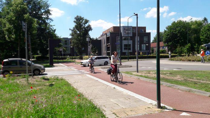 Wethouder Kundic fietst dankzij de ledlampjes veilig de rotonde over.