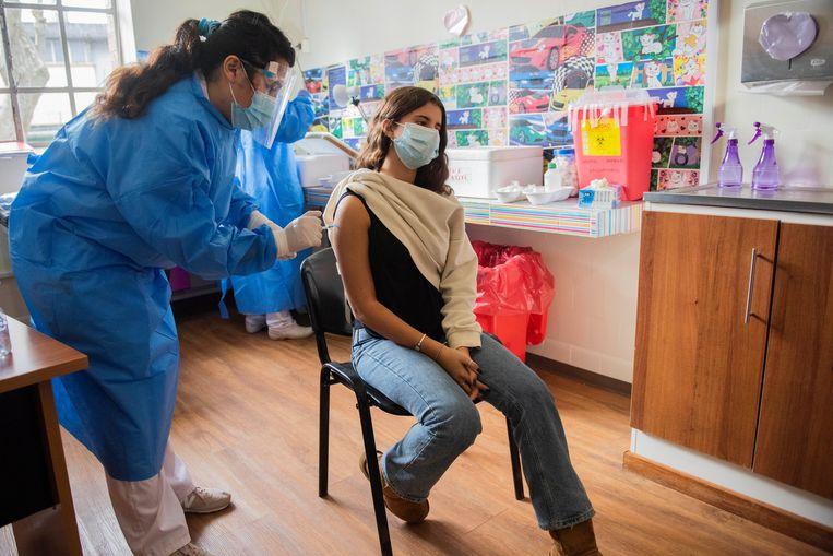 Illustratiebeeld. In het VK worden tieners nog niet massaal gevaccineerd. In het Zuid-Amerikaanse Uruguay is de inentingscampagne voor jongeren echter al weken bezig. Beeld AP