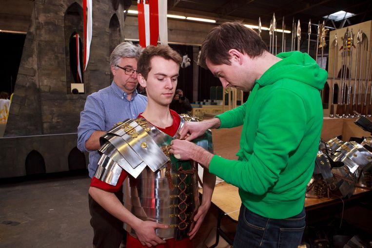 Pieterjan Marchand past zijn kostuum in de Beurshalle. Matthieu Clarysse helpt hem.