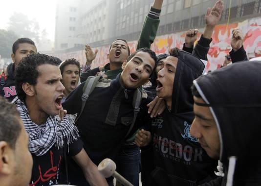Jonge Egyptenaren schreeuwen anti-politie leuzen nabij het Tahrirplein