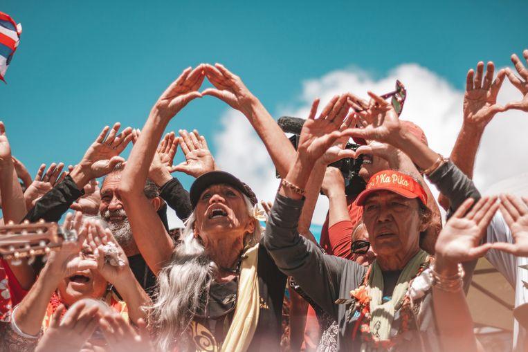 De kanaka 'oiwi, de oorspronkelijke inwoners van Hawaï, voeren vreedzame actie met drie ceremonies per dag met zang en dans.   Beeld Cody Fay