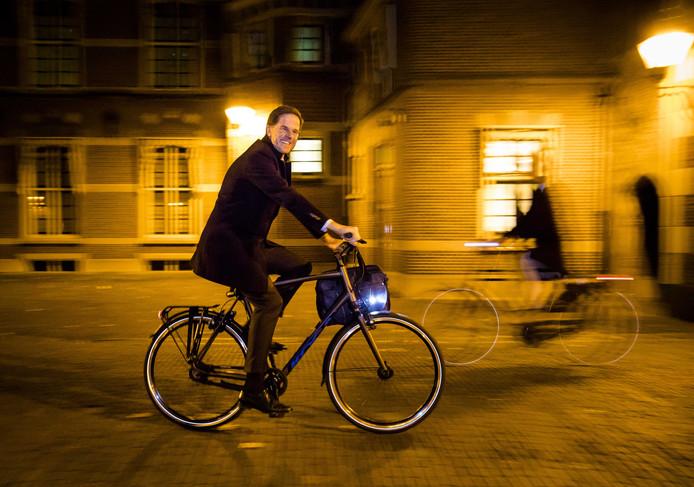 Premier Mark Rutte vertrekt  's avonds laat op de fiets van het Binnenhof na afloop van het plenaire debat over de regeringsverklaring. Foto: Bart Maat