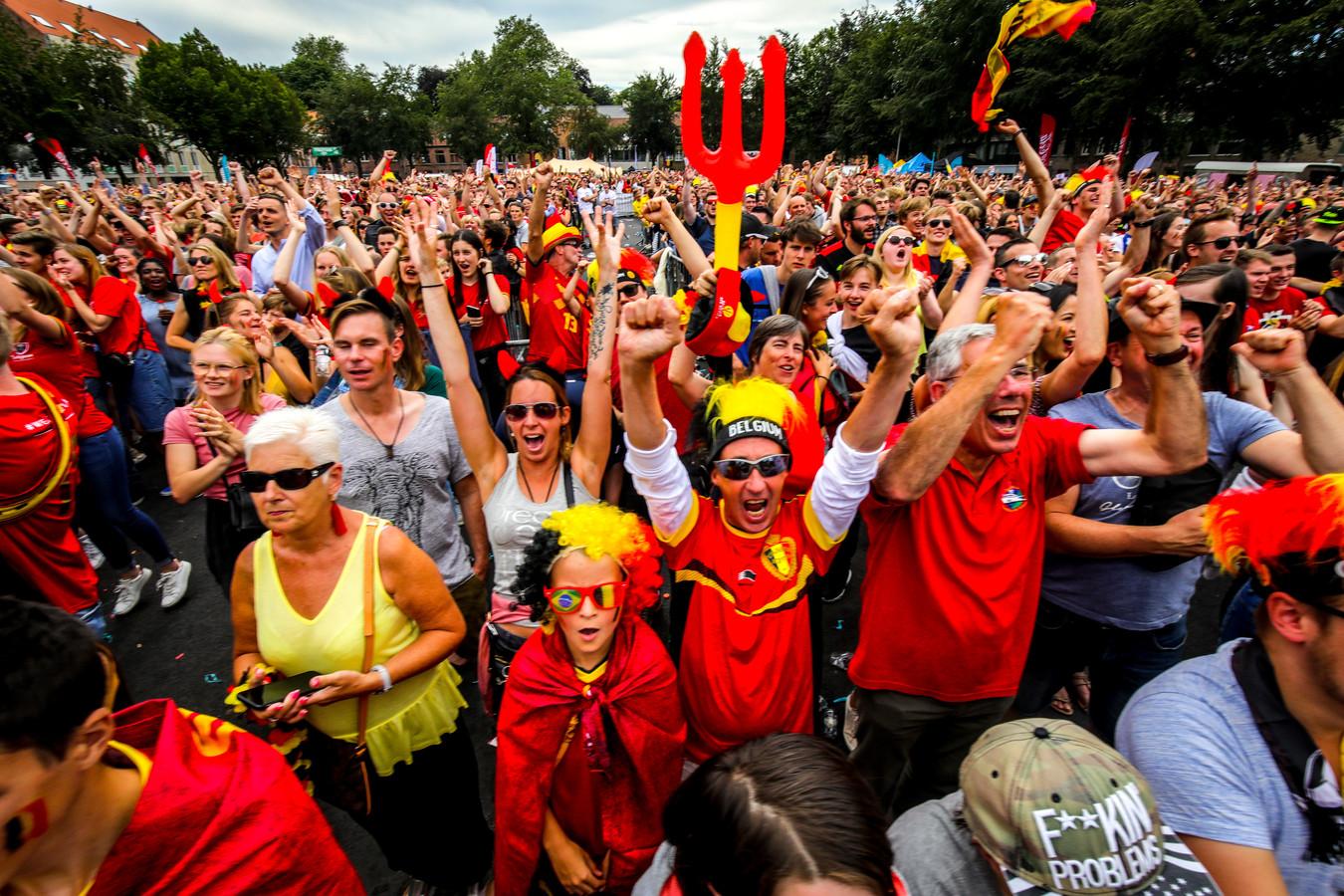 Een beeld uit 2018, toen duizenden Bruggelingen de wedstrijden samen volgden op een groot scherm. Dit jaar moet, wie de wedstrijden op café wil volgen, strikte regels volgen