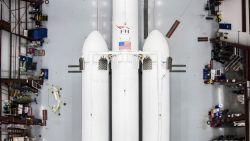 Dit is 'm dan: de nieuwe raket van Elon Musk (die zijn rode Tesla de ruimte instuurt)