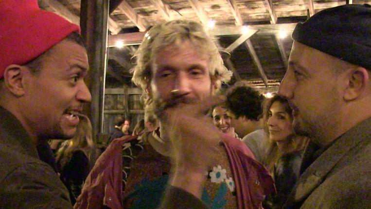 Videostill uit de documentaire over Stefan Simchowitz (rechts) door kunstenaar Stefan Ruitenbeek Beeld Stefan Ruitenbeek