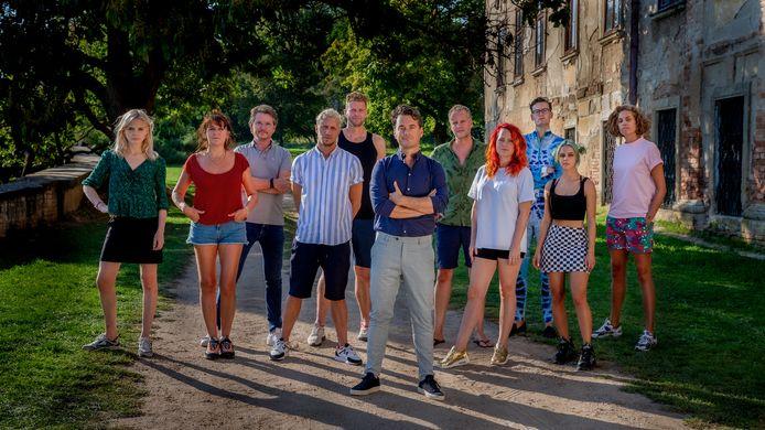 Presentator Rik van de Westelaken tussen de kandidaten van het 21ste seizoen van Wie is de Mol?, dat in Tsjechië is opgenomen.