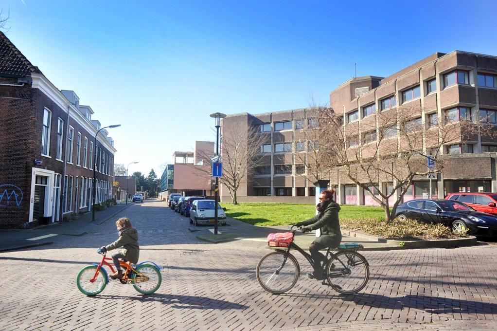 De oude laagbouwwoningen aan de Muys van Holystraat en de Singel kijken straks uit op drie woontorens op de plek van de huidige kantoren.
