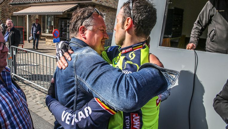 Ivo Myngheer, papa van Daan, omhelst winnaar Davy Commeyne. Beeld Henk Deleu