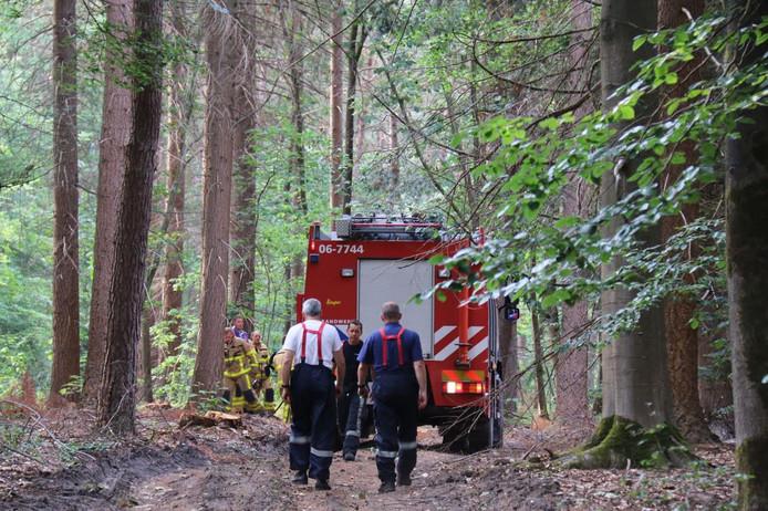 De brandweer in het bos bij Beekbergen.