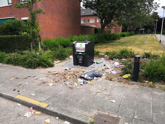 In Barendrecht worden dagelijks tientallen tot meer dan honderd zakken naast de afgesloten containers geplaatst. Het zorgt voor viezigheid op straat.