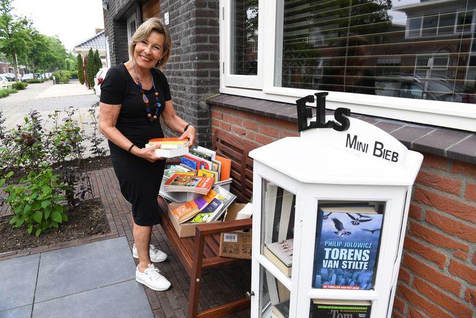 Aan de Brandseweg in Etten-Leur opent Els van der Heijde haar nieuwe minibieb onder de naam Els Mini Bieb.