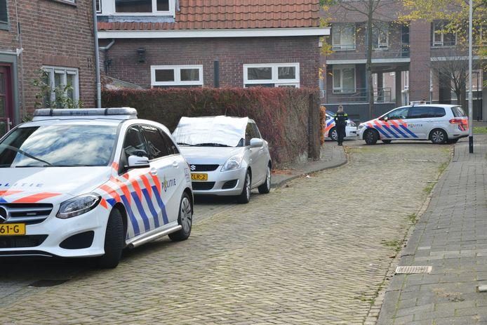 e straat is afgezet de politie is met veel eenheden aanwezig.