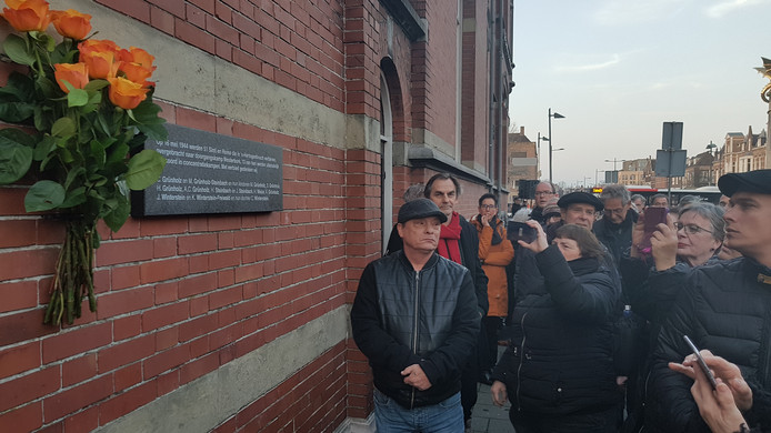 De nieuwe plaquette met 13 namen van vermoorde Sinti en Roma aan de Oranje Nassaulaan
