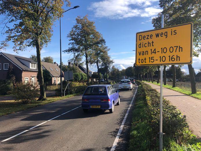 De Leeuwstraat in Volkel is donderdag en vrijdag afgesloten vanwege de verkeersremmende maatregelen die worden getroffen.