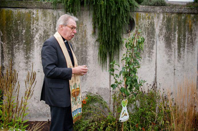 Den Bosch. Bisschop Gerard de Korte van het bisdom 's-Hertogenbosch zegent de boom die zojuist is geplant door gedeputeerde Anne-Marie Spierings in de tuin van het provinciehuis ikv De dag van de zuivere lucht