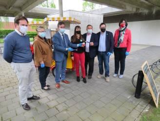 Burgemeesters bedanken medewerkers vaccinatiecentrum voor hun inzet met ijsjes