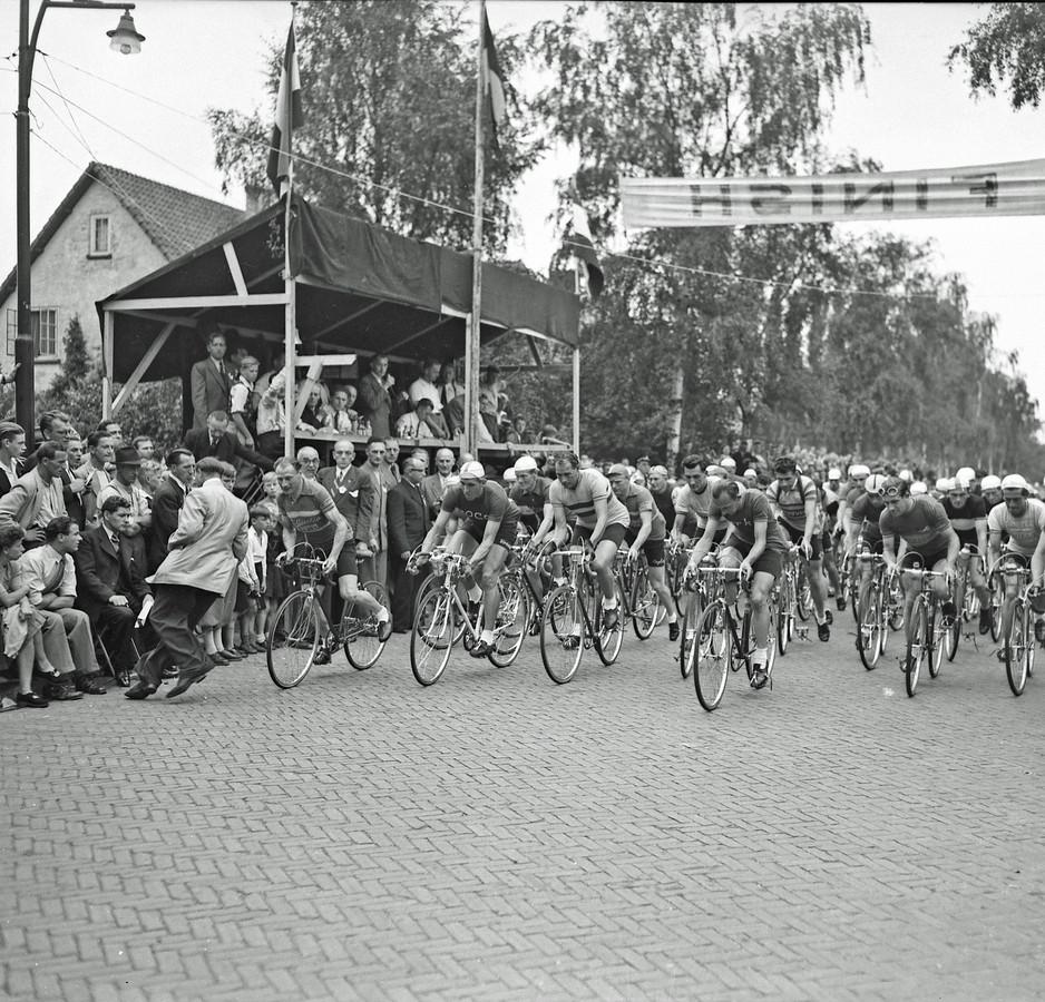 De wielerronde van Helmond, deze foto is in 1950 gemaakt