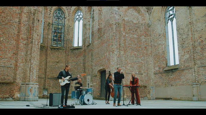 Om een mysterieuze eightiessfeer op te roepen, ging de groep opnemen in de kunstkerk Bossuit in Avelgem.
