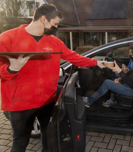 Waarom rijdend eten zo populair is: 'Het wordt alleen maar groter'