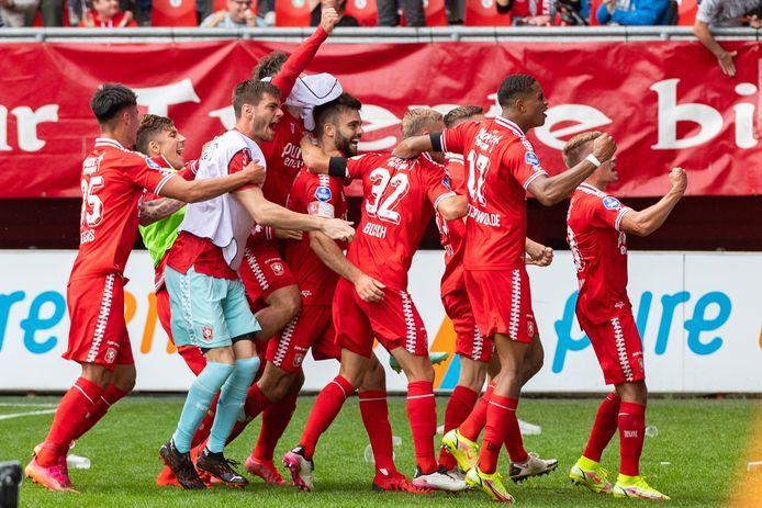 Robin Pröpper (met aanvoerdersband) is het middelpunt van de feestvreugde, nadat hij de gelijkmaker heeft gescoord voor FC Twente.