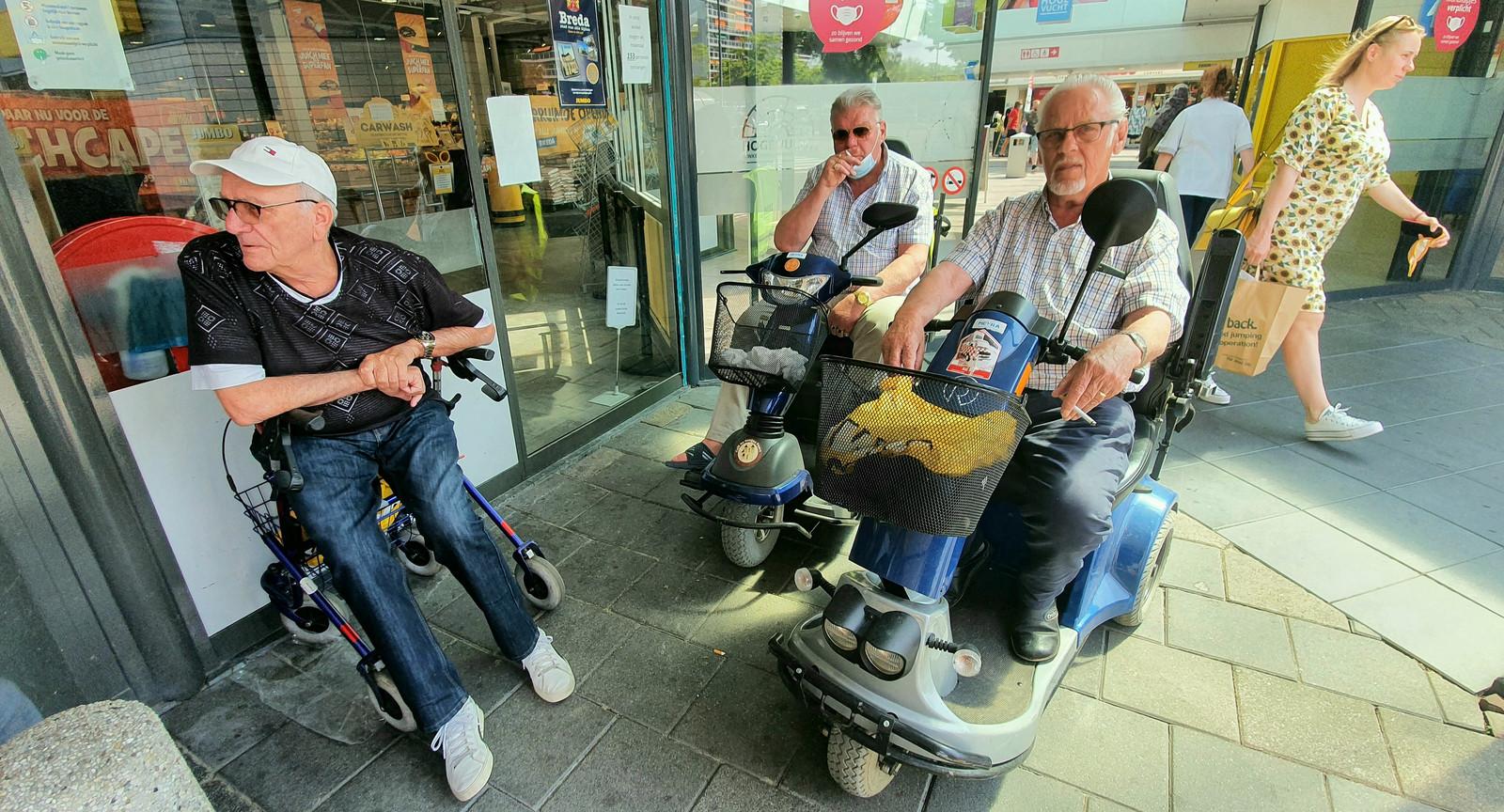 Rinus de Rooy, Jos de Ridder en Hendrik Stoop (vlnr) zitten vlakbij de ingang van winkelcentrum Hoge Vucht.