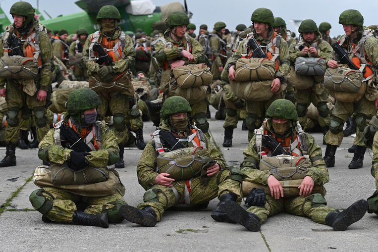 Russische militairen wachten op een vliegtuig voor een training in de lucht, nabij de grens met Oekraïne. Rusland heeft aangekondigd dat de oefening voorbij is en de troepen zullen terugkeren naar hun basissen. Beeld AP