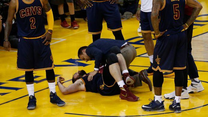 Cleveland-forward Kevin Love wordt behandeld na een botsing. Het is uiterst onzeker of hij er in het derde duel weer bij kan zijn.