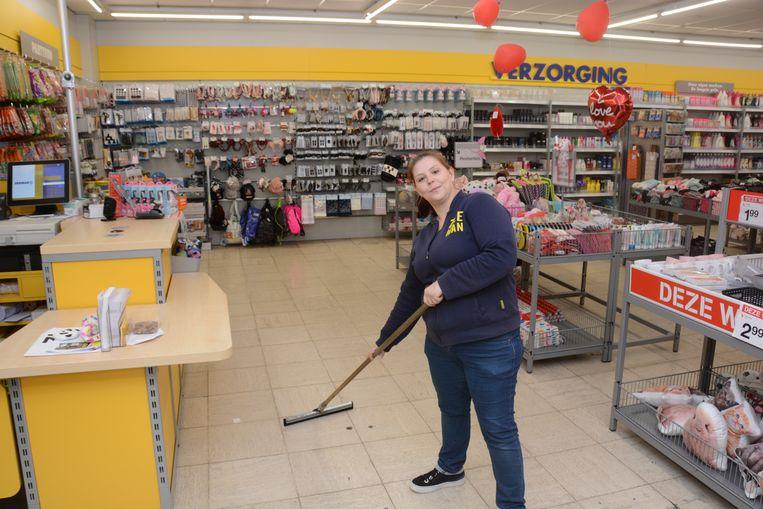 Wendy Houthuys moest haar werkdag beginnen met poetsen. Het filiaal in Kruibeke stond deels blank.
