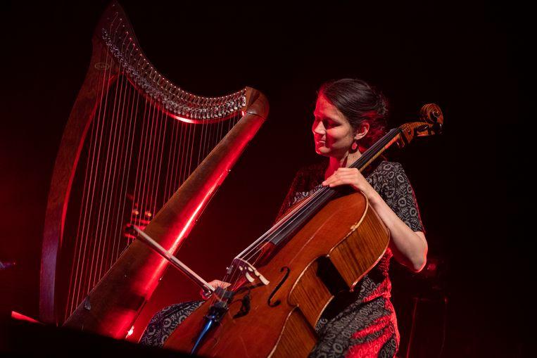 Cellospeler Seraphine Stragier tijdens een concert van Ansatz der Machine ter gelegenheid van de persconferentie over de campagne Eindelijk, over de heropening van de cultuursector. Beeld BELGA
