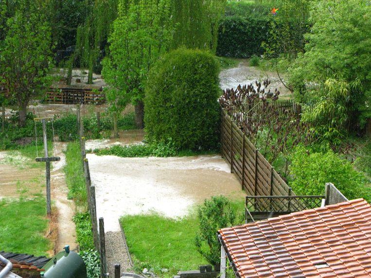 Tuinen lopen onder water dat van hogergelegen akkers komt. Beeld rv