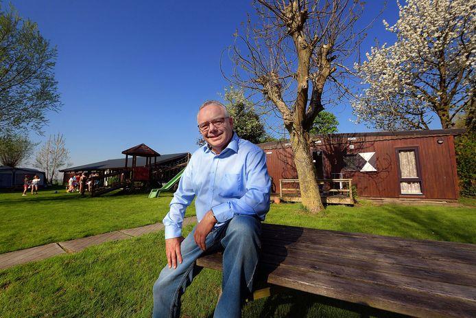 STAMPERSGAT - Alfons Diepstraten kocht camping Onder De Dijk in Stampersgat. Op de achtergrond spelen de kinderen de Koningspelen. ,,Alles kan gewoon doorgaan.''