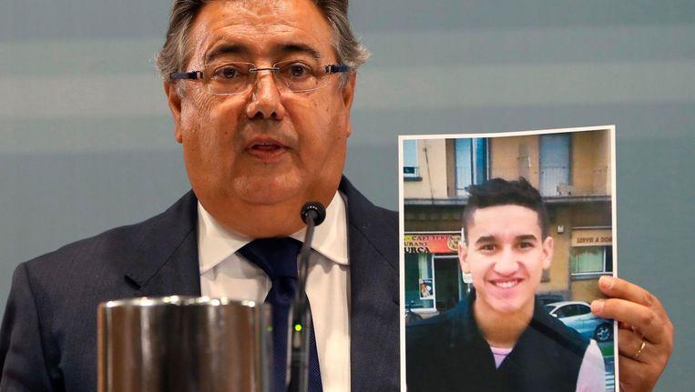 Minister van Binnenlandse Zaken Juan Ignacio Zoido met een foto van de hoofdverdachte Younes Abouyaaqoub. Beeld epa