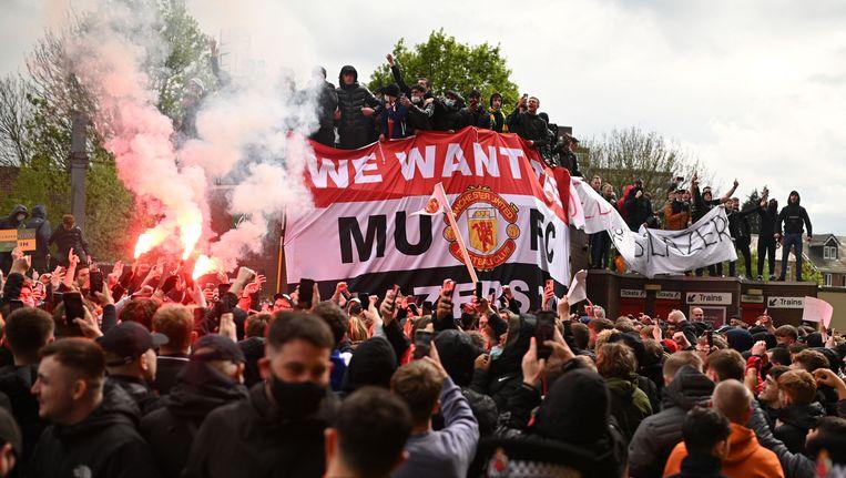 Supporters van Manchester United protesteren tegen de Super League. Beeld AFP