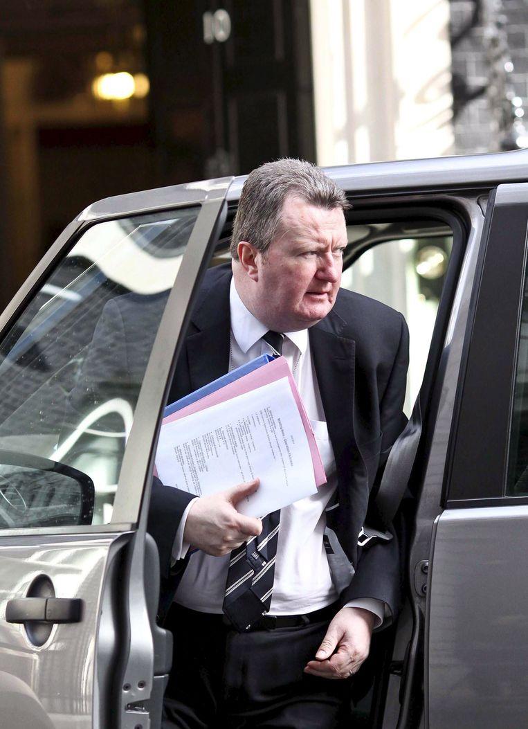 De Britse antiterreurchef Bob Quick nam ontslag nadat hij op weg naar een briefing vertrouwelijke informatie had laten fotograferen. Delen van de tekst waren duidelijk zichtbaar. Beeld EPA