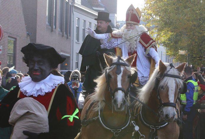 Dat kinderfeest brak los toen Sinterklaas voorbij kwam rijden.