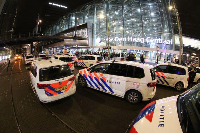 De politie rukte massaal uit om mensen buiten station Den Haag Centraal te houden.