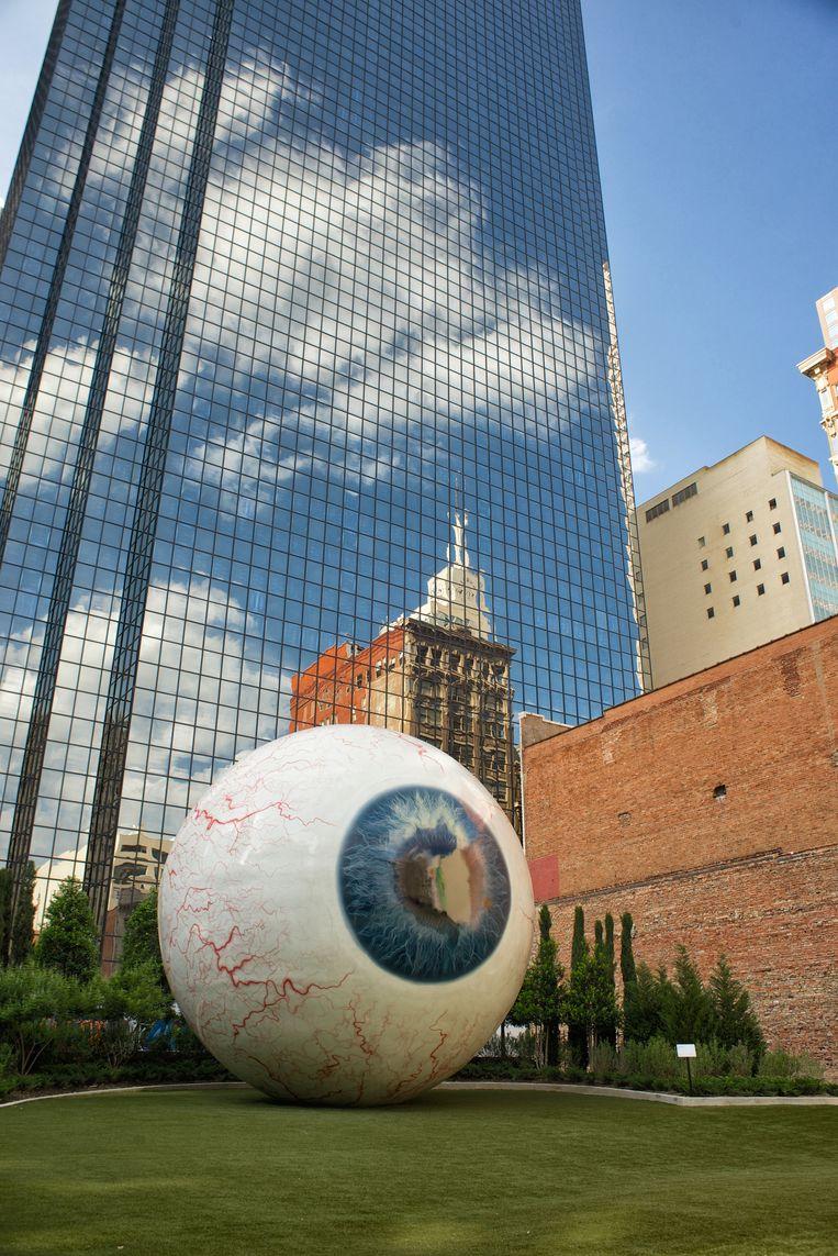 Het reusachtige, 10 meter hoge Eye-kunstwerk in centrum Dallas. Beeld Theo Stielstra