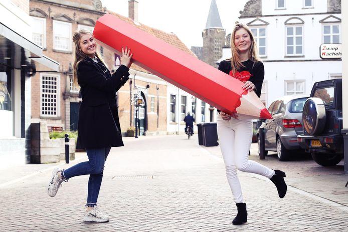Emma de Nooij (links) en Nine ter Hofstede halen alles uit de kast om volgende maand meer Oldenzaalse jongeren naar het stemlokaal te krijgen.