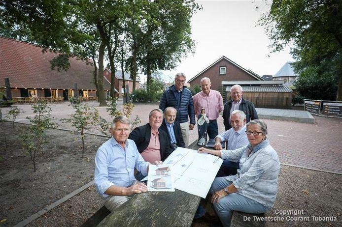 Vrijwilligers van de werkgroep recreatie en toerisme willen een mariakapel bouwen. V.l.n.r: Kruse, De Boer, Kuipers, Bekhuis, Prinsen, Steggink en mevrouw Geerink.