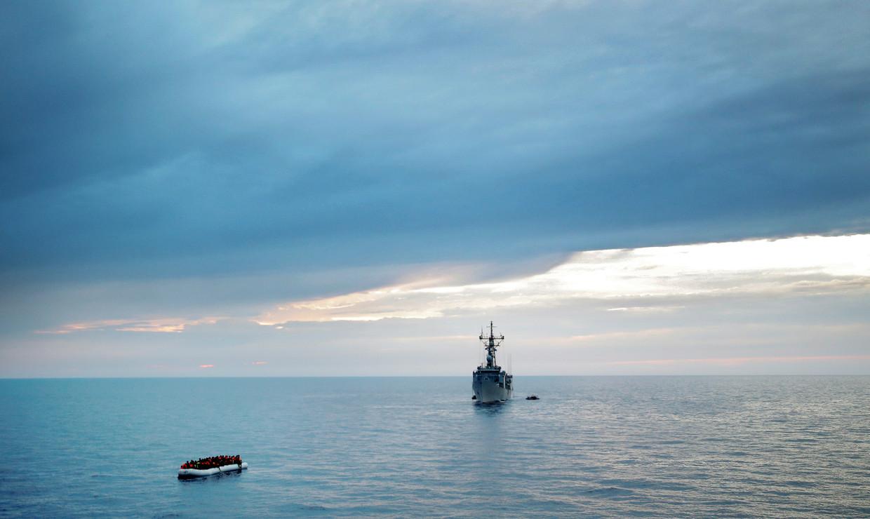 Een boot met migranten wordt onderschept door een Spaans fregat.