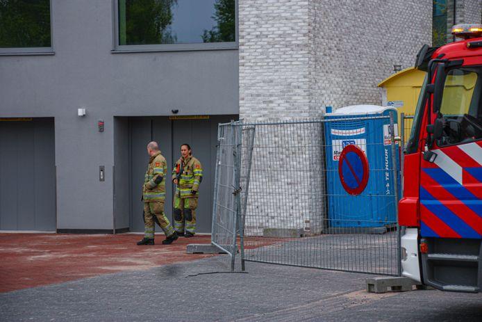 De brandweer helpt een auto uit een autolift te bevrijden.