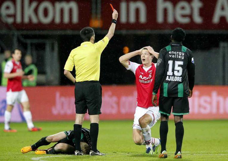 Elm krijgt tot zijn verbazing rood tegen FC Groningen van arbiter Higler. Beeld anp