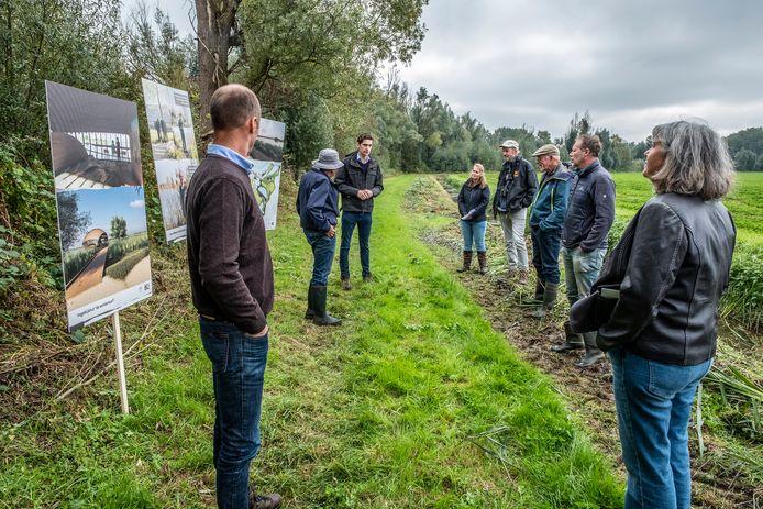 Excursie voor omwonenden en andere geïnteresseerden in de Ooijse Graaf, aan de rand van de akker die eerst wordt ontzand en daarna wordt omgevormd tot nieuw rietmoeras.