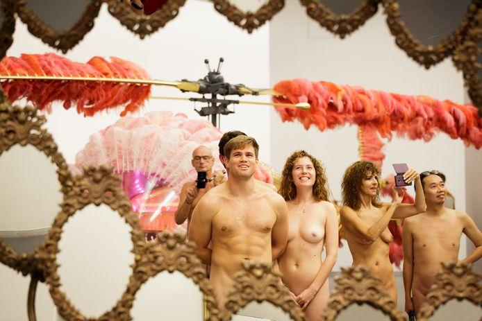 In je blootje door de Kunsthal tijdens de Naked Tour.