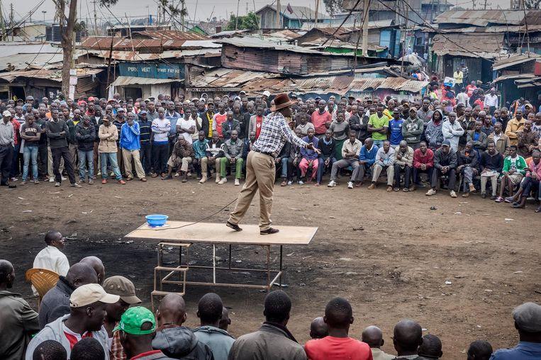 Aanhangers van oppositieleider Raila Odinga luisteren in Kibera, een sloppenwijk in Nairobi, naar sprekers over de nieuw te organiseren verkiezingen. Beeld null