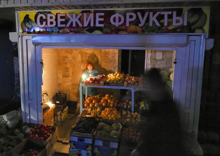 Door de stroomuitval moet er veel op de Krim in het donker gebeuren, of bij kaarslicht. Beeld getty